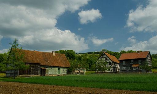 links: Hofstelle aus Waldberg, Landkreis Rhön-Grabfeld, / mitte: Hofstelle aus Oberbernhards, Landkreis Fulda, / rechts: Brotzeitstübchen