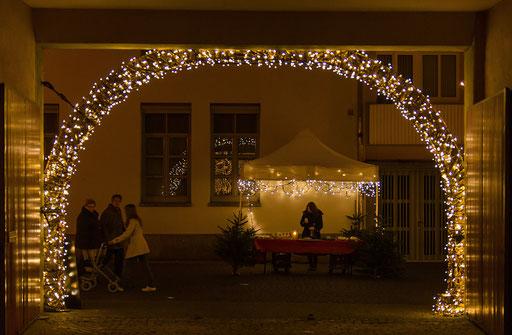Durch diese Tor verläßt man das Adventsparadies und biegt in die weihnachtlich geschmückte Herrnstraße ein