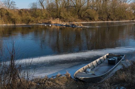 Ein Fischerboot  im Eis gefangen