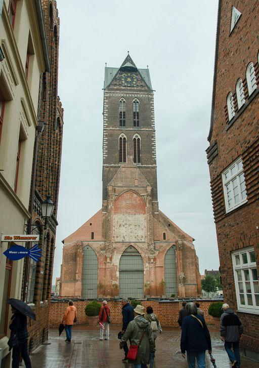 Der 80 m hohe Turm der ehemaligen Marienkirche. Die Uhrenzifferblätter haben einen Durchmesser von 5 Metern und sind dadurch weit sichtbar.
