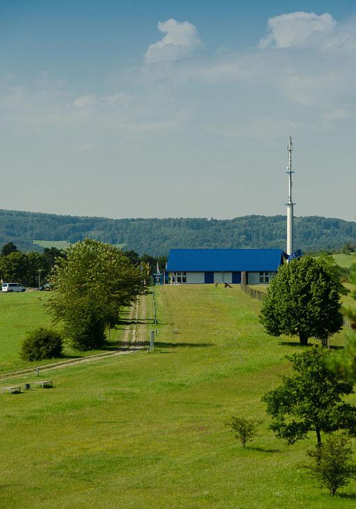 """Blick vom Turm zum """"Haus auf der Grenze"""""""