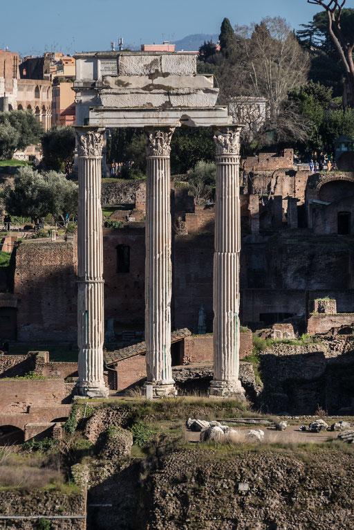 Der Tempel des Vespasian und des TitusDas Forum Romanum