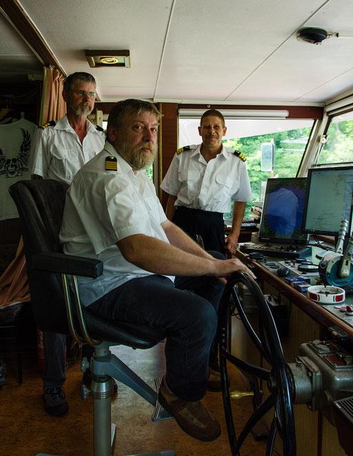Der Kapitän mit seinen nautischen Mitarbeitern
