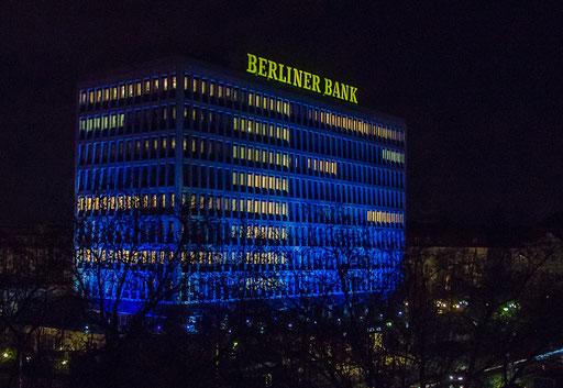 Nächtlicher Blick aus dem Excelsior- Hotelzimmer zum Gebäude der Berliner Bank