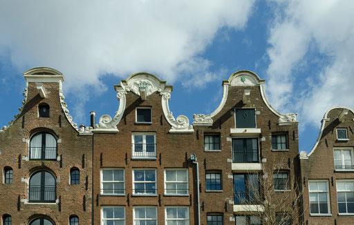 Grachtenrundfahrt in Amsterdam,  Fassade der alten Lagerhäuser