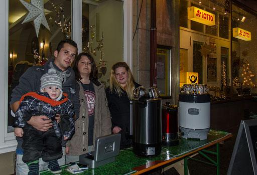 Die Glühweintanke vor dem Stadtcafe. Carmens Kinder fungierten als Tankwarte und sie machten ihre Sache sehr gut