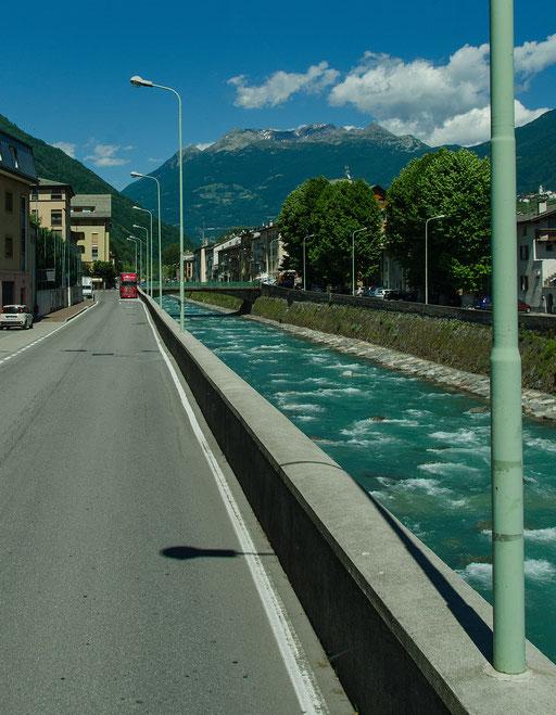 Straße, Gebirgsbach und Eisenbahn, alles auf engsten Raum