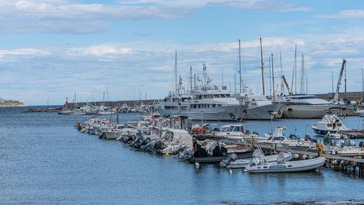 Große Luxusjachten und kleine Jachten bis zum Schlauchboot ist in der Marina alles zu finden