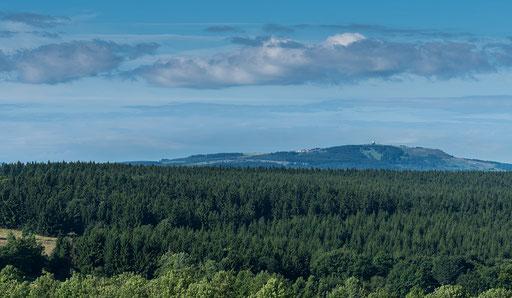 Blick auf die 13,4 km (Luftlinie) entfernte Wasserkuppe mit dem Radom