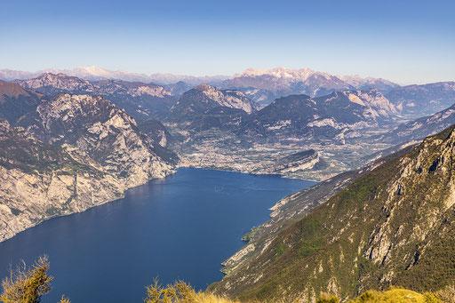 Das nördliche Ufer vom Gardasee mit dem Ort:  Riva del Garda