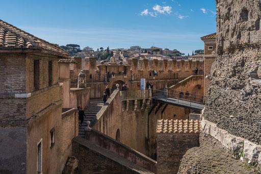 Über Treppen, Gänge und Brücken gelangt man bis ganz nach oben