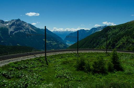 Ab dem Bahnhof Alp Grüm schraubt sich der Bernina Express in engen Kurven ins Tal nach Poschiavo