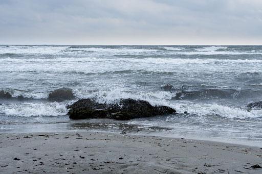 Tosende Ostseewellen rollen an den Strand