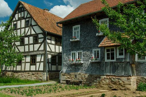 links die Hofstelle aus Oberbernhards, Landkreis Fulda und rechts das Brotzeitstübchen