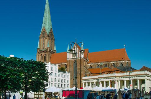 Der Marktplatz, rechts das Rathaus und im Hintergrund der Dom