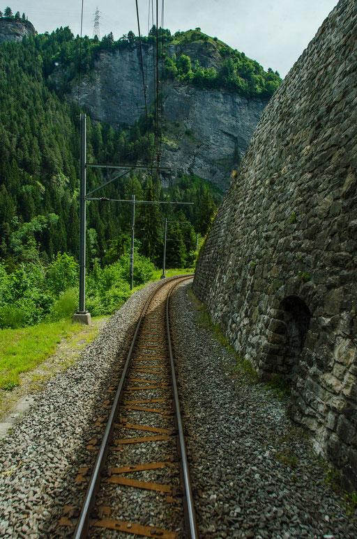 Massive Stützmauern stützen und schützen die Bahntrasse