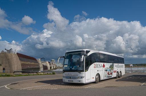 Der Hümmer-Bus am Eider Sperrwerk