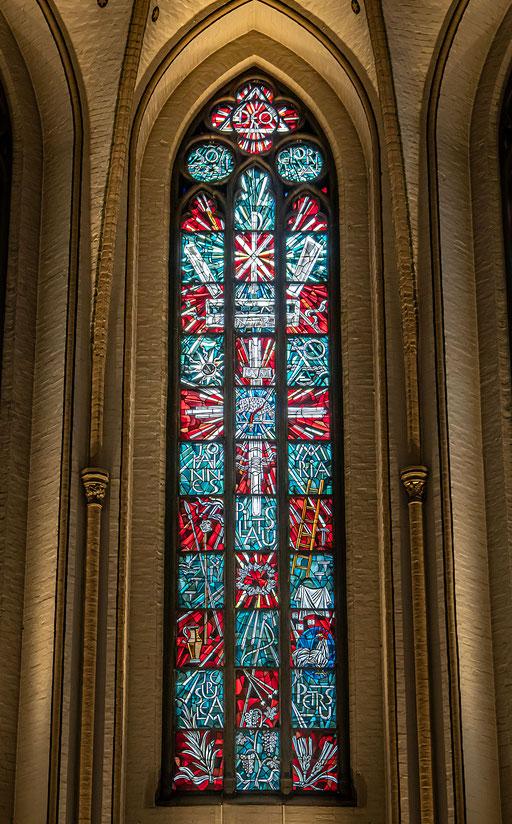 Kirchenfenster mit bemalten Gläsern