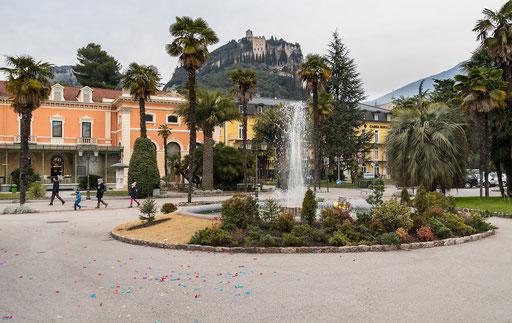 Springbrunnen, im Hintergrund die Burgruine von Arco
