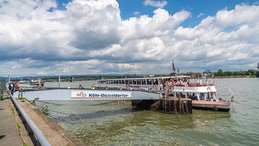 Nach dem Anlegemanöver verlassen die Fahrgäste die MS Frankonia und treffen sich auf der Promenade zur Stadtführung