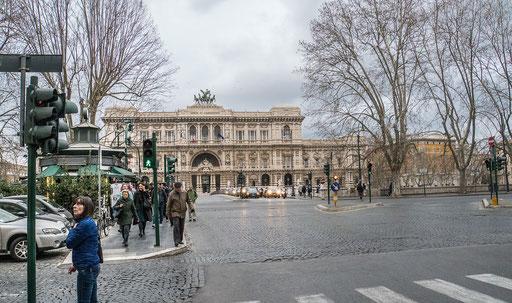 Blick über die Brücke König Umberto I. zum Justizpalast