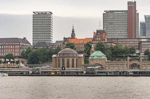 Im Kuppelbau auf dem Eingangsseite St. Pauli befinden sich die Aufzüge und das Treppenhaus