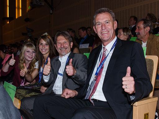 OB Siegfried Müller, Tourist-Info Chef Walter Vierrether, die Buchbrunner Weinprinzessin Isabell sowie die Kitzinger Gärtnerkönigin Kristin