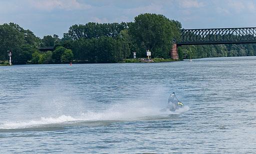 Ein Jetskifahrer kreuzt unseren Kurs