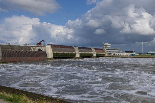 Das Nordseewasser strömt landeinwärts in das Eider-Rückhaltebecken