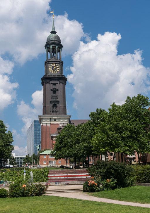 """In Hamburg wird der 132,2 m hohe Turm der Sankt Michaelis Kirche  kurz  """"Michel"""" genannt."""