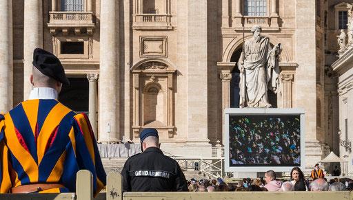 Die Schweizer Garde und die itaienische Policia sind zum Schutz des Papstes vor Ort