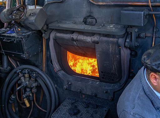 Das offene Feuerloch der Dampflok