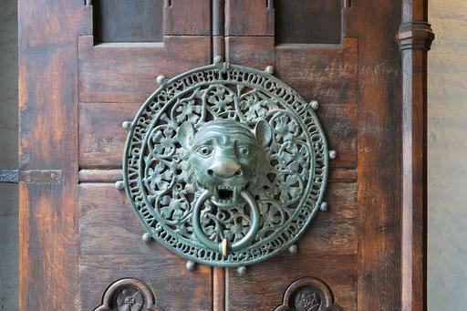 Löwenköpfe als Türzieher