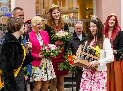 Kohlenhofprinzessin Ramona überreicht der Fränkischen Weinkönigin ein Bierpräsent