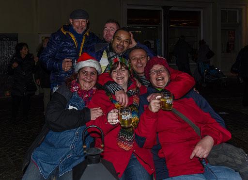 Vor Carmens Stadtcafe feiert eine illustre Gesellschaft bis spät in die Nacht. Ein gelegentliches  Auftanken mit Glühwein sorgte für angenehme Betriebstemperaturen