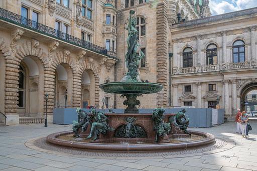 Figur auf dem Brunnen: Hygieia die Göttin der Reinheit in Bronze tritt auf einen Drachen.