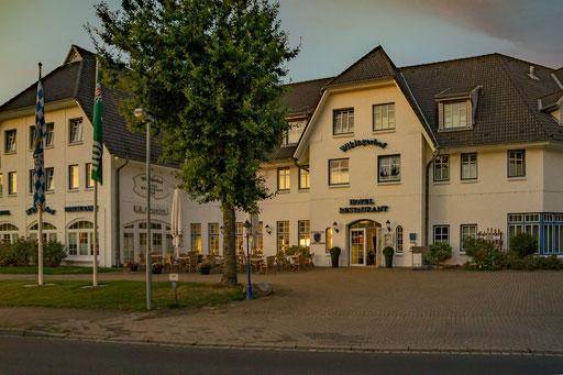 "Das Hotel ""Wikinger Hof"" in Kropp. In der Abendsonne."