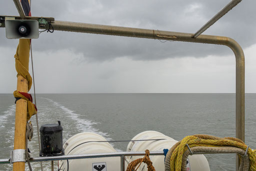 Blick übers Heck auf das Wattenmeer
