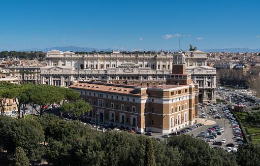 Blick zum Justizpalast