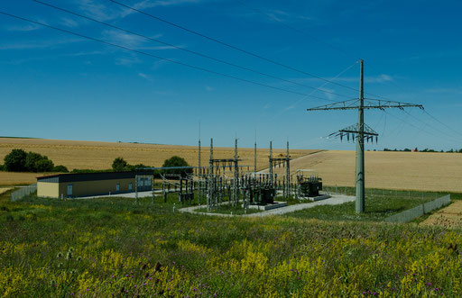 Die neugebaute 110-kV- / 20-kV-Umspann-Anlage Martinsheim inmitten goldgelber Weizenfelder