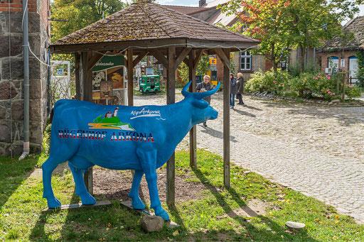 Vor dem Rügenhof steht als Blickfang eine blaue Kuh