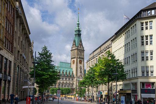 Blick von der Mönckebergstraße auf das Rathaus