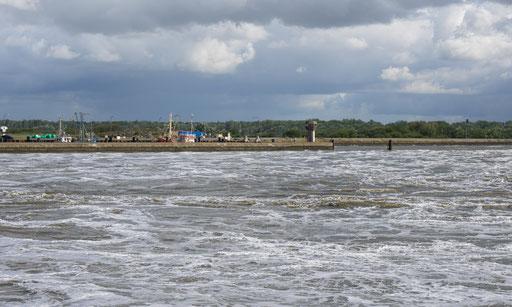 Große Wassermengen strömen bei auflaufender Flut in das Binnenland