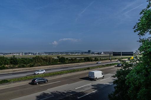 Blick über die Autobahn A5 zum Flughafen Frankfurt