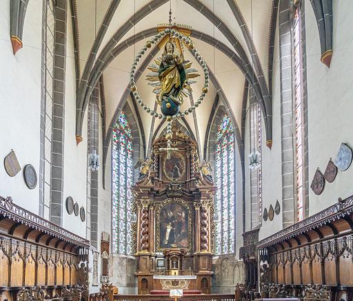 Das prachtvoll geschnitzte Chorgestühl (1460-70) im Innenraum der Karmeliterkirche
