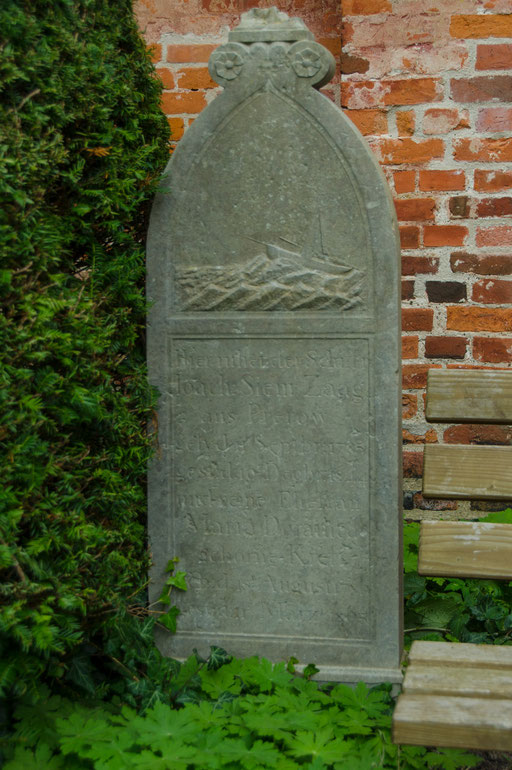 Alte Grabsteine von Kapitänsgräbern...   /Seemannskirche