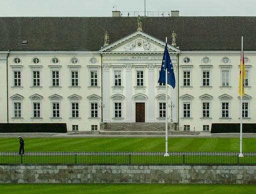 Das Schloss Bellevue im Berliner Ortsteil Tiergarten ist der erste Amtssitz des deutschen Bundespräsidenten. Es liegt im Zentrum der deutschen Hauptstadt am Nordrand des Großen Tiergartens.