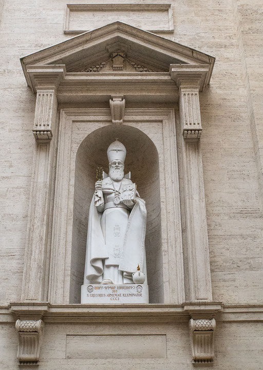 Überlebensgroße Papststatue