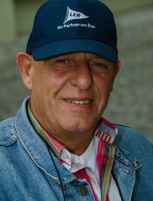 Peter W. (auch Bagger-Peter genannt) ließ den Tag mit Freunden bei einem gemütlichen Dämmerschoppen ausklingen