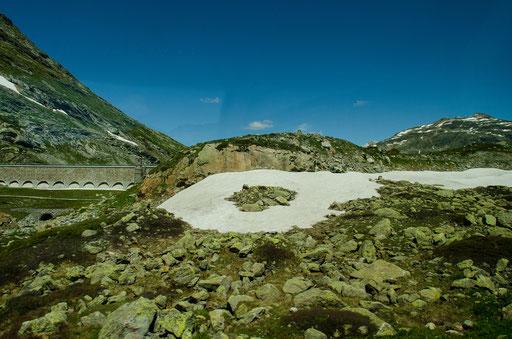 Das aufgestaute Wasser des Lago Bianco wird zur Stromerzeugung verwendet